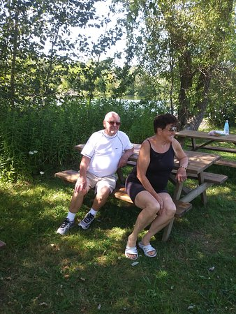 Greenbank, Canadá: There is shade, sunshine, lake, playground, golf carts to make it easier to get around, anything you could possibly need want or desire ALL FREE