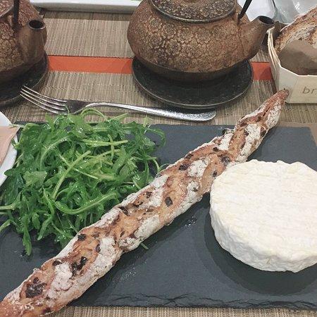このパンが美味、おすすめです。チーズは、完食しました。