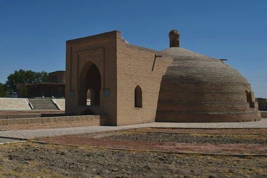 Navoiy, Oezbekistan: Малик — сардоба (хранилище для воды). Это сооружение расположено недалеко от города Навои. Сардоба была сооружена в XI веке для снабжения водой находящегося рядом караван-сарая
