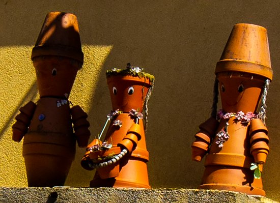 Hombourg-Haut, ฝรั่งเศส: Pot people decorated a portico in the town of Hombourg L'Evecque, France.