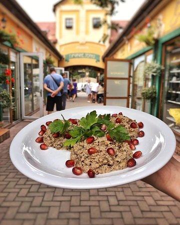Печені баклажани🍆 в поєднанні з горіховою заправкою та зернами гранату👌🏻 Холодна закуска, яка стане чудовим початком вашої вечері👍🏻 Чекаємо на Вас❤️ #ужгород #уж #uz #uzh #uzhorod #khinkali #hinkalnyauzhgorodlove