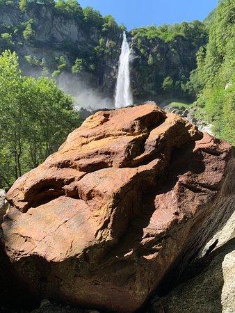 Una cascata davvero bella e molto suggestiva