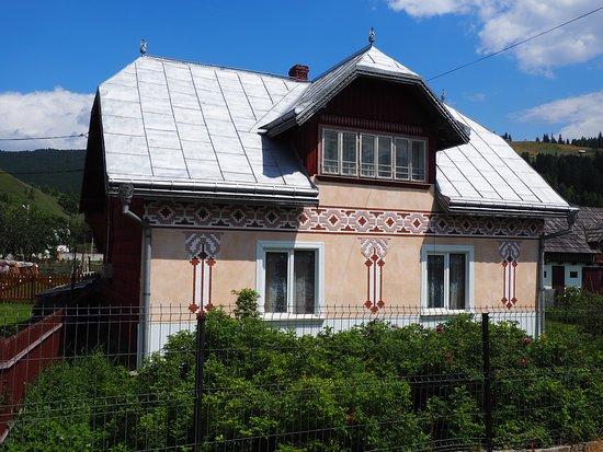 Ciocanesti, Roemenië: Maison avec frise décorative dans la rue principale