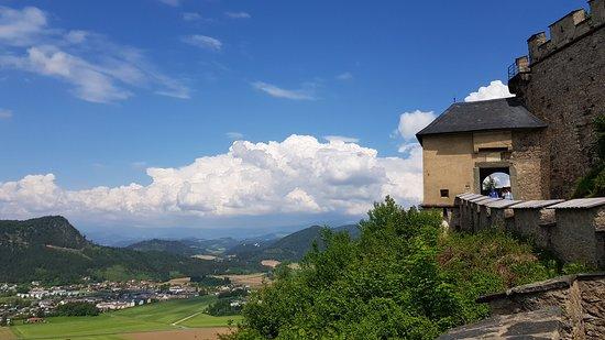 Ausflug auf die Burg Hochosterwitz – Impressionen. Die Burg erkundet man am besten zu Fuß  Alle Bilder: https://www.kaernten-top10.at/ausflug-burg-hochosterwitz-kaernten-impressionen/