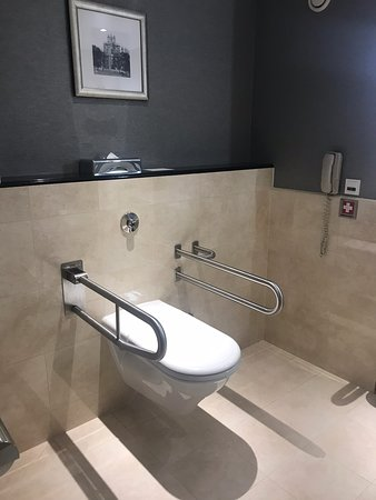 Truly unpleasant experience: paid for a room with a king size bed but got a queen size bed instead; strange smell from the central air conditioning; bathroom without a proper bathtub or bathing cubicle. Arghh!!!