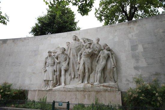 À la Gloire de l'Armée Française 1914-1918 : J'ai regardé cette statue de prés car celle-ci a coûté au minimum la bagatelle de 1 300 000 Francs