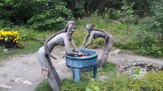 The Parikkala Sculpture Park: Прачки. Вот только не понял, что они стирают - белье или чьи-то потроха)
