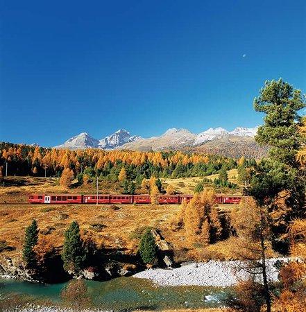 il trenino rosso in autunno