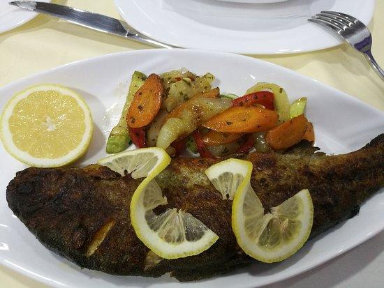 Gusinje, มอนเตเนโกร: Forelle mit Gemüse