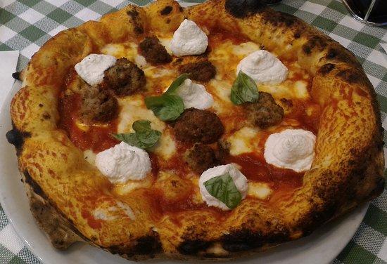 PIZZA DONNA CAROLINA: ragù napoletano, provola, polpettine e ciuffi di ricotta.