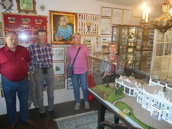 Lichtenwoerth, النمسا: Besucher im Nadelburgmuseum: Villenraum