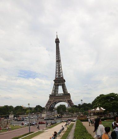 Bien aimé aussi car celui-ci se situant sur une colline, il y a une jolie vue sur la ville en particulier la tour Eiffel
