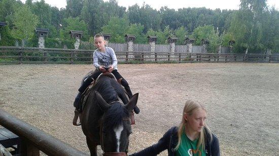 Korobchitsy, เบลารุส: катание на лошадях детей и взрослых в Коробчицах.