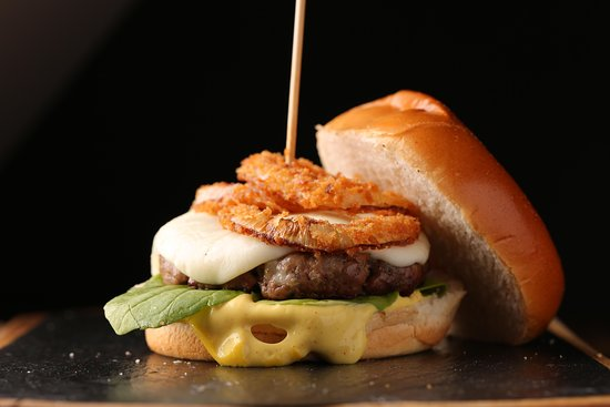 Turkish Style Beef Burger With American Cheese Roasted Onions Tomatoes Lettuce And Pickles Slices برجر اللحم على الطريقة التركية مع الجبنة الامريكية والبصل المحمر والطماطم والخس وشرائح المخلل Picture Of Cookery