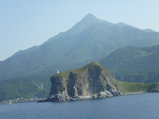 Rishiri-to, Japonia: 利尻島の鴛泊港から礼文島の香深へ向かうフェリーから、ペシ岬と利尻富士をのぞむ。