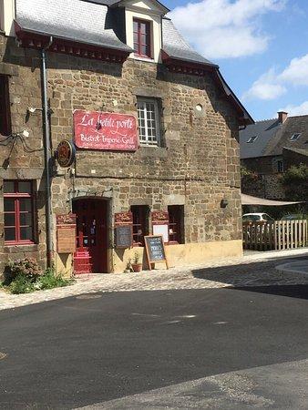 cuisine en public - Picture of La Petite Porte, Hede ...