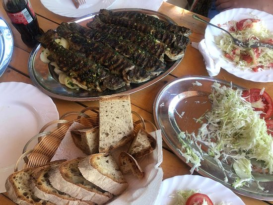 Glavaticevo, บอสเนียและเฮอร์เซโกวีนา: Plate of grilled trout and potatoes, homemade bread, and fresh salad.  A meal for four.