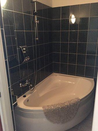Jastrzebie-Zdroj, โปแลนด์: Apartamenty oraz pokoje typu studio posiadają łazienki wyposażone w wannę