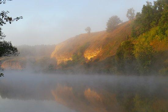 Tula Oblast, Rússia: раннее утро на другой стороне реки от Ишутинского городища