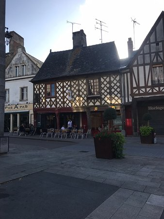 La Guerche-de-Bretagne, ฝรั่งเศส: Great place to have a drink. Brilliant atmosphere. Bar staff very friendly and speak English but slow you to practice your french It also has s great view