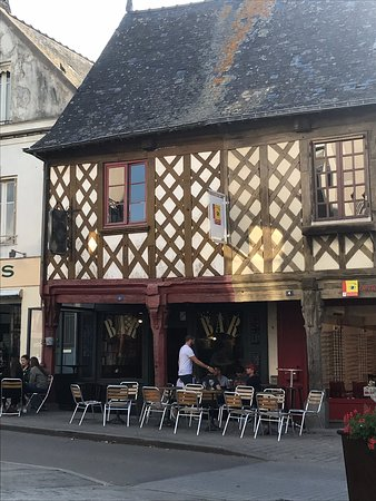 La Guerche-de-Bretagne, Francja: Great place to have a drink. Brilliant atmosphere. Bar staff very friendly and speak English but slow you to practice your french It also has s great view