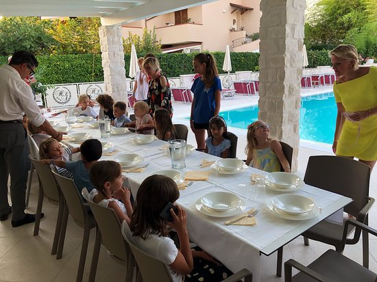 Hotel Giardino Suites&Spa: Kids dinner outside at the pool