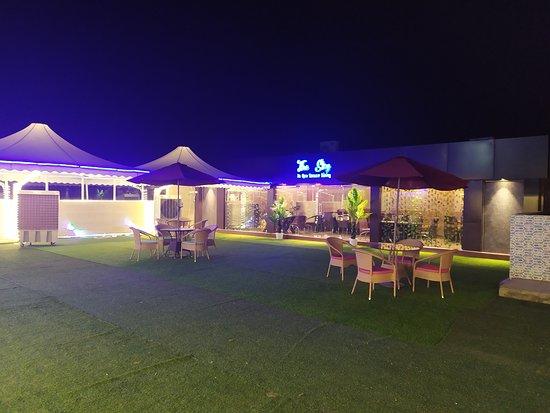 Azamgarh, الهند: The Sky - An Open Terrace Dining