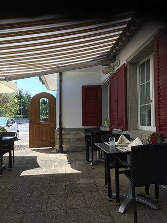 Siebnen, Suiza: Garten-Restaurant