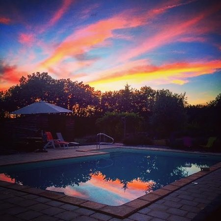 Parisot, Francja: Sunset over the pool