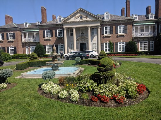 The Mansion at Glen Cove: Amazing location. , It was built in the early 1900 so the decor is amazing could use an update. Great staff as we are in at 4am