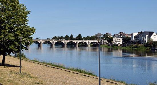 Saint-Hilaire-Saint-Florent, فرنسا: The bridge across the Loire