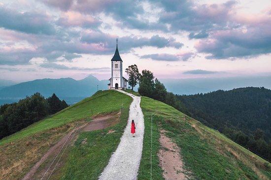 Jamnik, สโลวะเกีย: petite église au coucher de soleil, si vous aimez ce genre de photos, faites un tour sur insta : bienvoyager #travel #voyage #slovénie #sunset #eglise #montagne