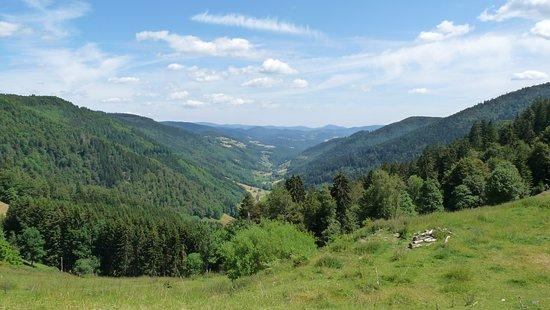 Sainte-Marie-aux-Mines, France : Val d'Argent vista dal Col des Bagenelles a 904 m sulla catena dei Vosgi in Alsazia.