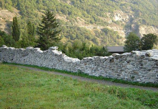 Brig, Schweiz: Die Mauer wurde in der Mitte des 14. Jahrhunderts erbaut und war ursprünglich mit Zinnen, Wehrgängen und Türmen ausgestattet. Als eigentliche Talsperre diente sie der Verteidigung des oberen Teils des Wallis gegen Angriffe aus dem Westen. Ihre Aufgabe verlor die Landmauer, als sich die Grenze zwischen Ober- und Unterwallis nach Westen ( Leuk-Salgesch-Siders) verschob.
