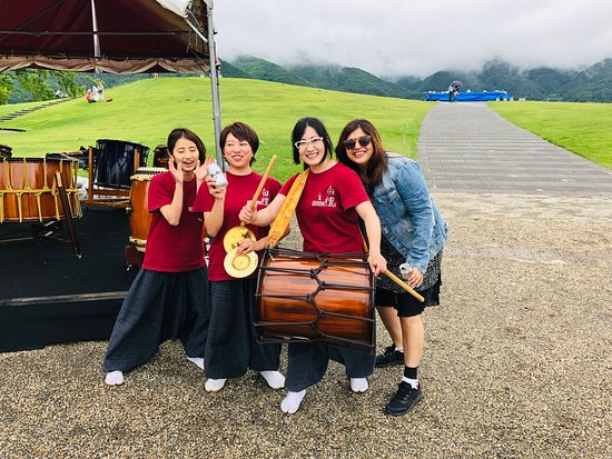 Enjoying Live Music at Mt Fuji yagizaki park. They have all females thats what i find inspiring after the band performance having #asahi to enjoy the after effects of such soulful music. Do you also enjoy music in the mountains and lake by locals ? Share your experiences....#japan_of_insta #japanmusic #sensation #passionpassport #womenpower #womentravel #womentrip #femmetravel #instapic #instatravel #travelgram #instajapan #mtfuji #musician #wovoyage