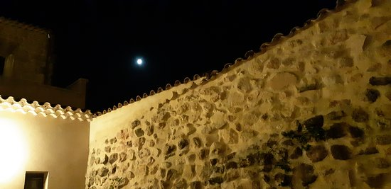 Villar del Maestre, Španielsko: Muros del jardín en la noche