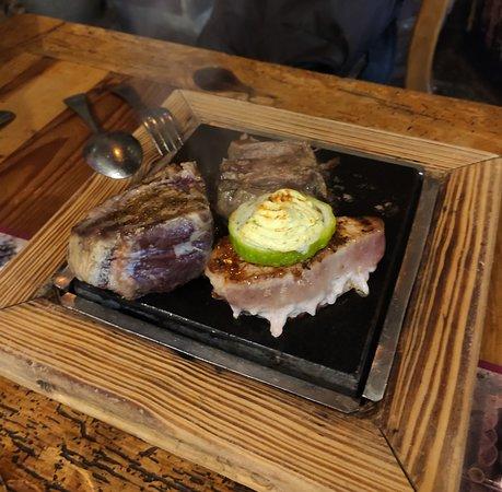 Carne variada a la piedra, la acompaña unas papas arruga con varias salsas.