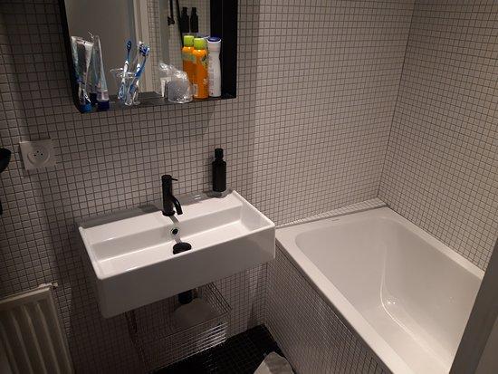 Die neuen Badezimmer nach der Renovierung. Die extrem harte ...