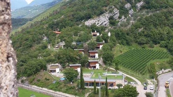 Overzicht van camping Resort Drena vanaf kasteel