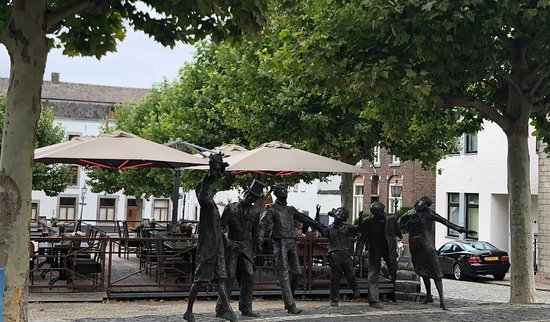 Eijsden, هولندا: Beeldengroep De Cramignon aan het centrale plein in Eijsden (L) voorstellende de reidans die hier nog jaarlijks wordt uitgevoerd tijdens de Bronkfeesten.