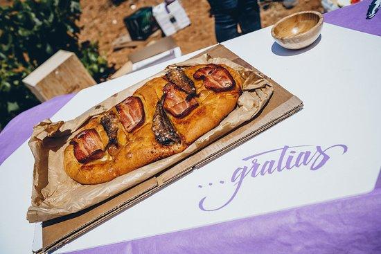 Casas Ibanez, إسبانيا: torta de bacon y sardina tipica de manchuela