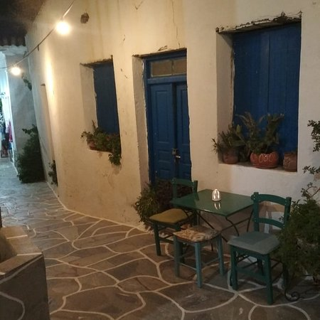 Dryopida, Hellas: Narrow small streets, fine cool music and your favourite drink at the most beautiful location of Kythnos island