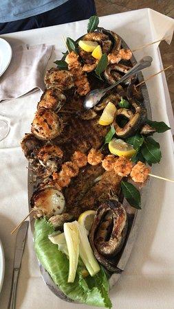 Posto accogliente è molto curato, ottimo per ricevimenti e matrimoni e da mangiare in compagnia, il cibo è ottimo sopratutto il pesce è ben curato e cucinato alla perfezione! Personale molto formato e cordiale. Ci tornerò sicuramente  e lo consiglio anche ad altri amici !