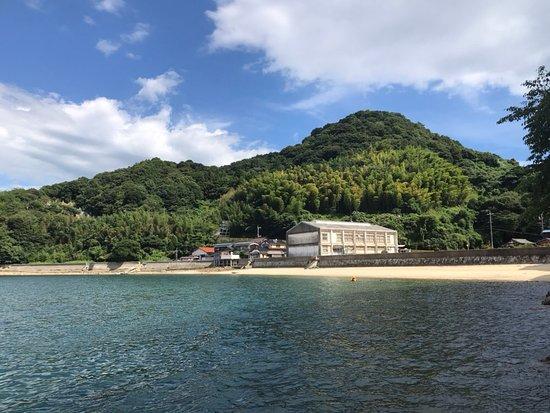 深浦中学校跡裏の浜です。笠戸島に行ってかつ時間の余裕あれば是非深浦へ。静かな海が堪能できます。釣り人しか行かないけど、夏なら是非海水浴を。ただしシャワー、食堂はないので弁当を持参でどうぞ。