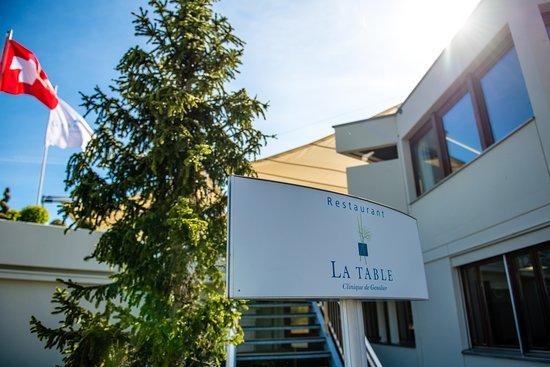 Vaud, İsviçre: A l'entrée Nord de la clinique de Genolier vous pouvez acceder directement au restaurant La Table, vous y trouverez un parking a disposition et gratuit.