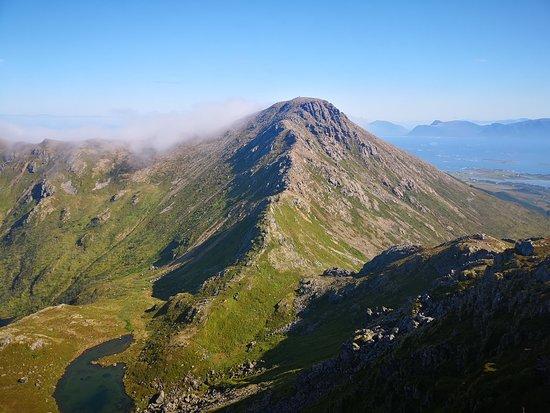 Nyksund, النرويج: Mot Sørkulen. Anbefales å bestige, men selve Dronningruta går fra midt på fjellet og rett mot kjølen(Hvor tåka er). 