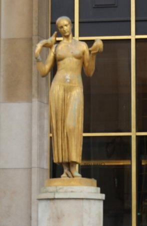 La Jeunesse : C'est la première statue qui se situe du côté gauche en se tenant face à la tour Eiffel