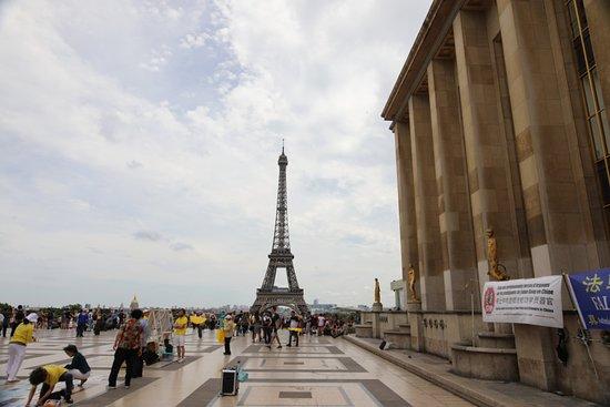 Les Fruits: C'est la quatrième statue du côté droit en regardant la tour Eiffel