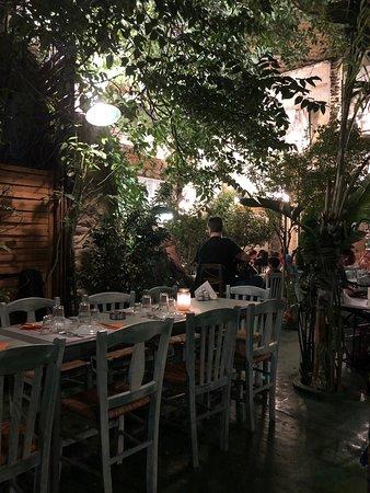 Taverne grecque typique au centre d'Athenes.