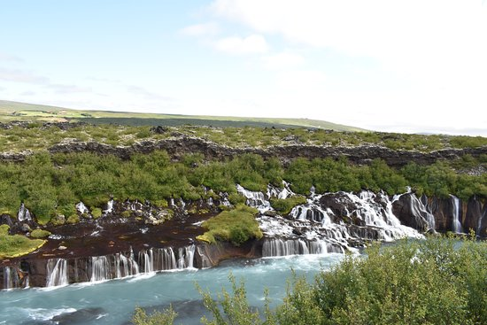 Hraunfossar, Islândia: The water flows from the rocks into the river.